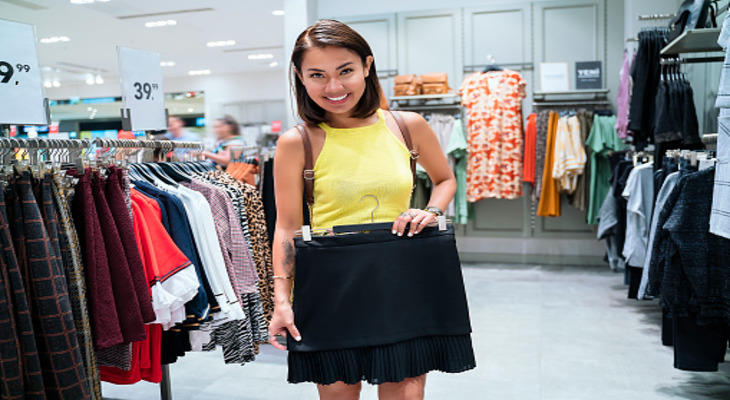 Девушка покупает юбку