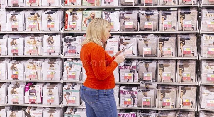 Девушка выбирает колготки в магазине