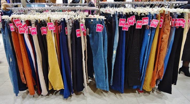Женские брюки в магазине