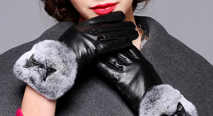 Девушка в кожаных перчатках