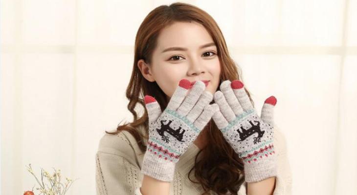 Девушка в теплых перчатках